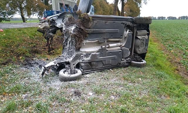W niedzielne przedpołudnie (13.10) na drodze krajowej numer 6 niedaleko Sycewic doszło do groźnego dachowania. Kierujący osobowym autem dachował i uderzył w drzewo. Doszczętnie zniszczone auto zatrzymało się dopiero na polu. Jedna osoba została odwieziona do szpitala. Jej stan jest nieznany.AKTUALIZACJAW niedzielę ok. godz. 11 kierowca volkswagena polo, który jechał z Sycewic w kierunku Słupska, uderzył w drzewo i dachował.Według policji  najprawdopodobniej w tym czasie uciekał  przed zderzeniem  z samochodem, który jechał w przeciwną stronę i  zjechał ze swojego pasa ruchu. Mężczyźnie ( nie jest mieszkańcem Słupska i powiatu słupskiego) , którego samochód zderzył się z drzewem, nic się nie stało. Policja stwierdziła, że w czasie zdarzenia drogowego był trzeźwy. O drugim uczestniku zdarzenia policja na razie nie udziela informacji. Ruch na drodze odbywa się na razie wahadłowo.
