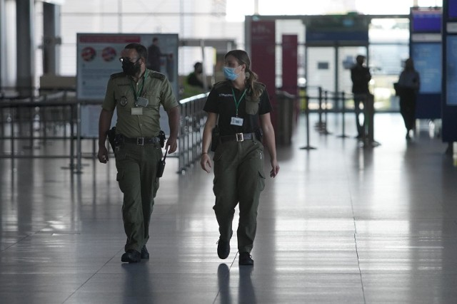 Także na terenie lotniska wszyscy mają obowiązek noszenia maseczek ochronnych