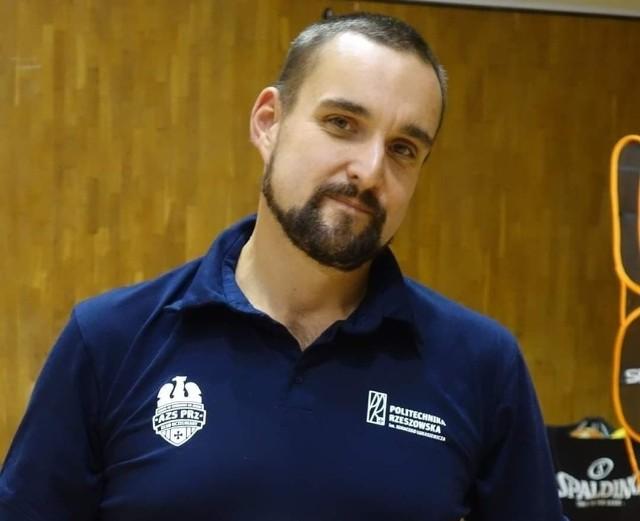 Łukasz Lewkowicz lubi pracować z młodzieżą. - Mogę powiedzieć, że w Politechnice idziemy małymi kroczkami do przodu - mówi
