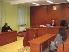Sędzia Krzysztof Rawo (w głębi) uzasadnia wyrok. - Nie można pedofilii używać jako recepty na sprawę rozwodową - powiedział. Skazana za fałszywe oskarżenie byłego męża kobieta, zapowiada odwołanie od wyroku.