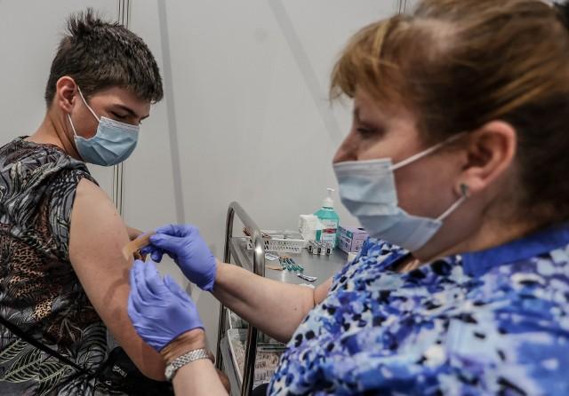 Obecnie szczepionkę firmy Pfeizer mogą otrzymywać dzieci od 12. roku życia, za zgodą rodziców. Szczepienia przeciwko covid-19 prowadzone są w punktach populacyjnych i powszechnych
