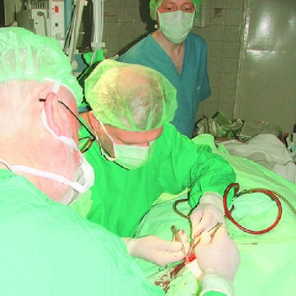Podczas operacji w szpitalu dziecięcym - po lewej profesor Ulrik Pedersen