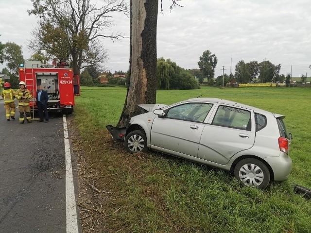 Samochód wpadł w poślizg i rozbił się na drzewie. Zobacz zdjęcia z miejsca wypadku --->