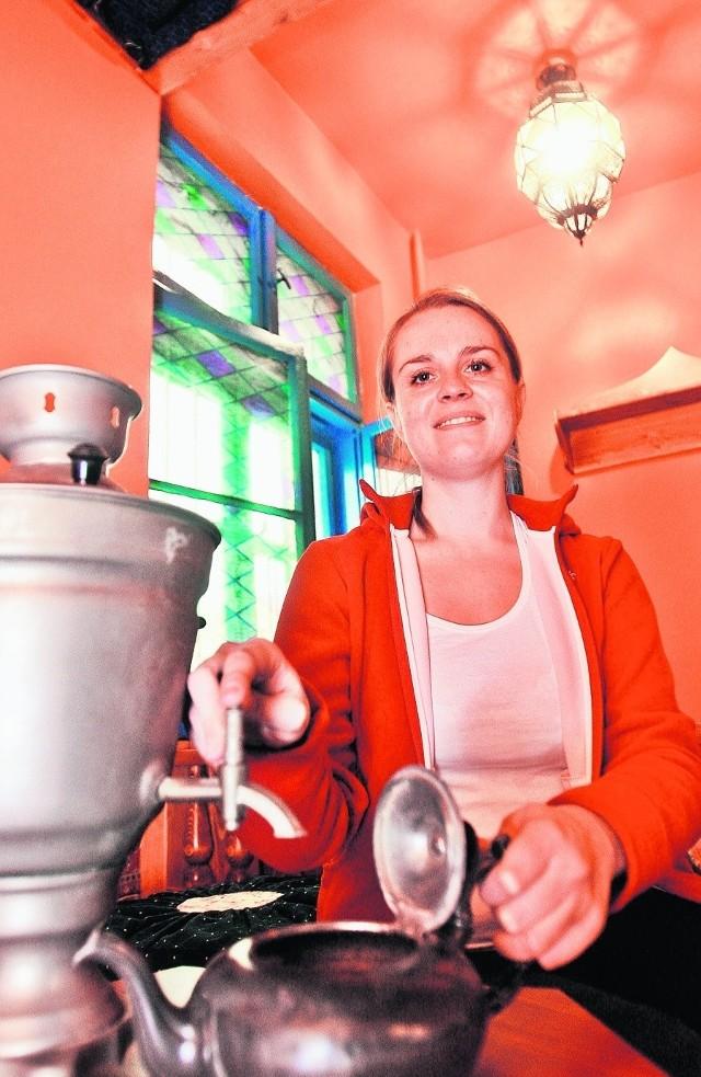 Monika Hibner w herbaciarni