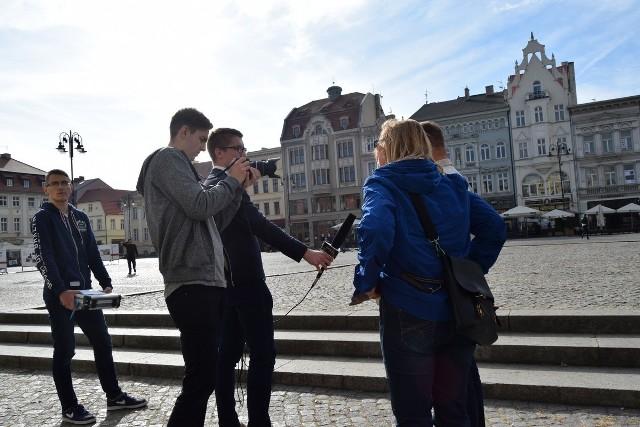 Uczniowie podzielili się na grupy, a każda z nich odpowiadała za inną część projektu. Szukali m.in. informacji i kręcili filmy.