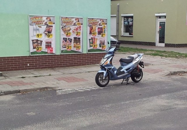 Tak autodrań zaparkował skuter