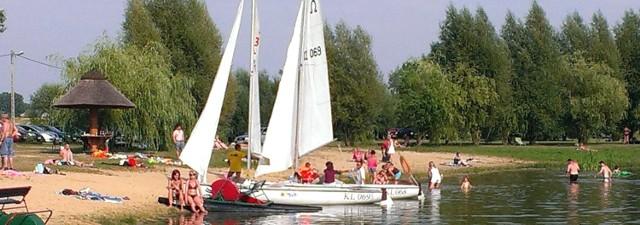 Cirrus i Stratus - łodzie żaglowe, pod banderą Buskiego Ośrodka Sportu i Rekreacji, przez całe wakacje wożą turystów na akwenie w Radzanowie koło Buska-Zdroju