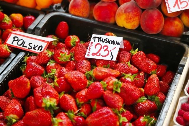 Z powodu pandemii koronawirusa i doskwierającej rolnikom dużej suszy znacznie wzrosły ceny warzyw i owoców. Niektóre z nich notowały w ostatnich dniach rekordowe ceny, np. polskie truskawki -  23 zł za kilogram, fasolka szparagowa - 35 zł za kilogram, czy bób - cena opakowania 25 zł. Sprawdziliśmy we wrocławskich halach targowych, jakie są aktualne ceny warzyw i owoców. Ceny warzyw i owoców z wrocławskich targowisk. Ile za kilogram? Zobacz na kolejnych slajdach - posługujcie się klawiszami strzałek, myszką lub gestami.
