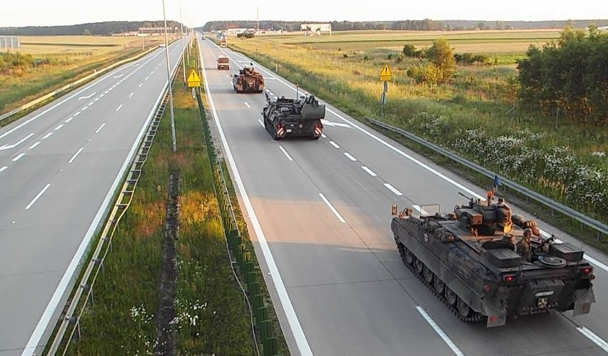 Od piątku (28 lutego) na polskich drogach, kierowcy muszą się spodziewać pewnych utrudnień i ograniczeń prędkości. A to dlatego, że w kwietniu rozpoczynają się duże, międzynarodowe ćwiczenia na polskich poligonach. Z zachodu ruszą do nas m.in. amerykańskie czołgi stacjonujące w Niemczech. To będą największe od ponad 30 lat ćwiczenia wojskowe w Europie z udziałem U.S. Army i sił zbrojnych innych państw członkowskich NATO!SPRAWDŹ SZCZEGÓŁY NA KOLEJNYCH SLAJDACH. PORUSZAJ SIĘ PO GALERII PRZY POMOCY STRZAŁEK I GESTÓW NA TELEFONIE KOMÓRKOWYM.