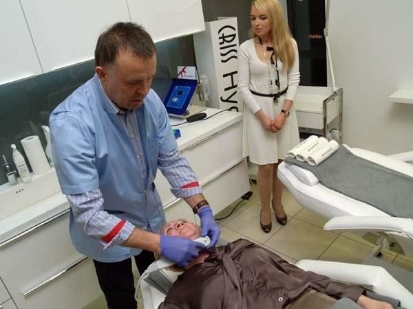 Dr Marek Iwaszko najpierw obejrzał tkankę podskórną pacjentki, po czym wykonał zabieg, kierując specjalnie dobrany strumień ultradźwięków do głębszych warstw skóry. Zabieg obserwowała także Edyta Szuplak-Słupczewska, właścicielka Instytutu.
