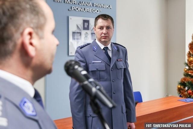 Komendant wojewódzki świętokrzyskiej policji inspektor Dariusz Augustyniak (z lewej) jako pierwszy pogratulował swemu zastępcy nowego stanowiska.