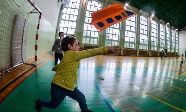 W imprezie, która odbywała się na terenie ZS 22 w Opławcu, wzięli udział miłośnicy papierowej awiacji. W Air Show chodziło o to, by samolot z papieru poleciał jak najdalej lub jak najdłużej.