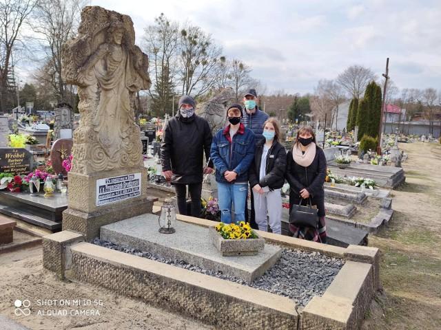 Radny z Sępólna Artur Juhnke do uporządkowania grobów Grudzińskiego i Pokrzywnickiego zaangażował uczniów i nauczycieli z miejscowego liceum