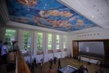 """W dawnym Gimnazjum Polskim odtworzono przedwojenny fresk """"Niebo polskie"""". Malowidło zobaczymy po raz pierwszy podczas Nocy Muzeów [wideo]"""