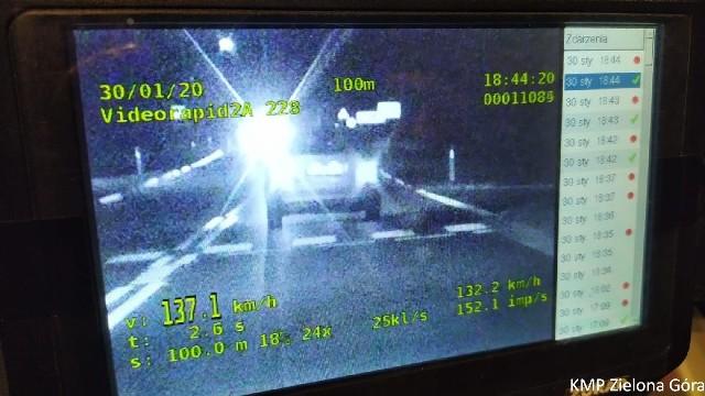 Policjanci zmierzyli prędkość samochodu, kiedy wjechał do miejscowości na trasie. Zarejestrowana prędkość to ponad 137 km/h