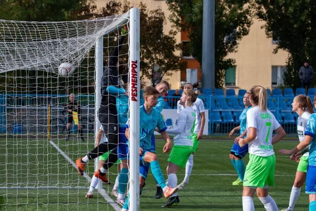 Piłkarki znad Brdy pokonały ekipę spod Klimczoka 4:0 w zaległym meczu 7. kolejki Ekstraligi kobiet. Gole: Stasiak (28, 55), Helinska (62), Majda (85). Bydgoszczanki mają w dorobku 12 punktów i zajmują 5. miejsce w tabeli. ZOBACZ ZDJĘCIA ZE STADIONU PRZY UL. SŁOWIAŃSKIEJ >>>>