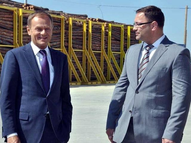 Po fabryce płyt HDF oprowadził premiera Tuska Laimonas Rackauskas, dyrektor zarządzający firmy Swedspan (z prawej)