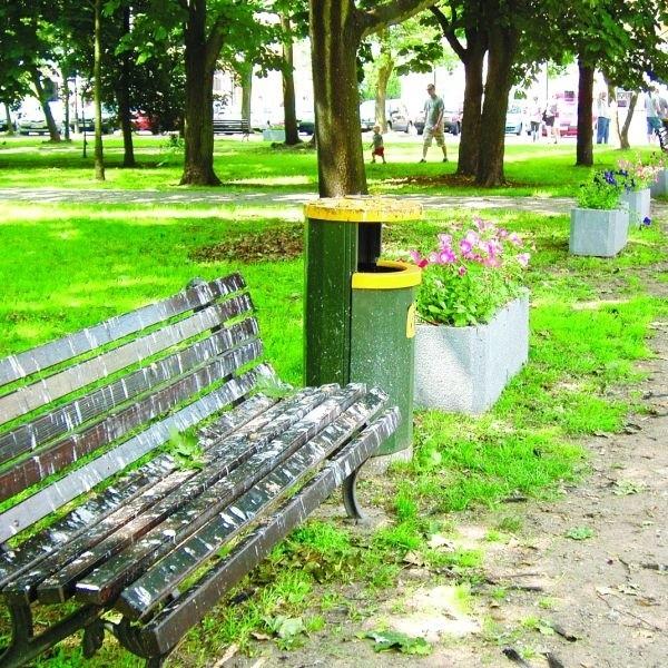 Ludzie skarżą się, że w parku nie ma gdzie usiąść. Ławki są zabrudzone ptasimi odchodami.