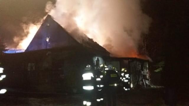 We wtorkowy wieczór w miejscowości Kakulin koło Skoków wybuchł pożar w jednym z domów. W akcji gaśniczej brało udział 10 zastępów straży pożarnej, ale budynku nie udało się uratować. Zobacz więcej zdjęć --->
