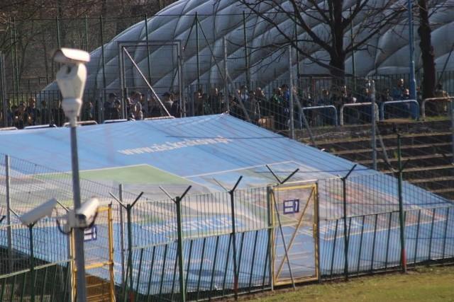Tłum kibiców zgromadził się przed stadionem Hutnika, interweniowała policja