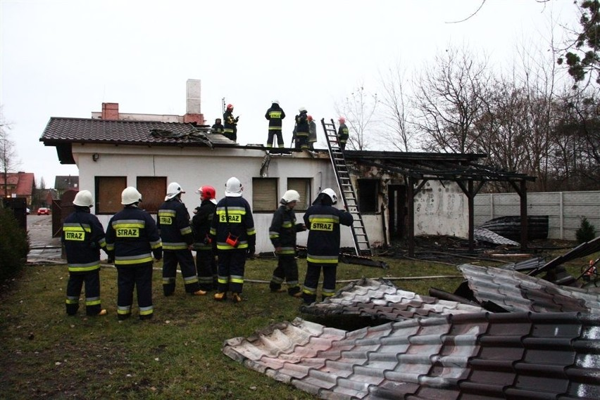 Ogień zajął dach magazynu oraz jeden pokój biurowy.