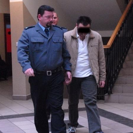 Na salę rozpraw Daniela doprowadziła policja. Od wypadku z 10 maja siedzi on w areszcie.