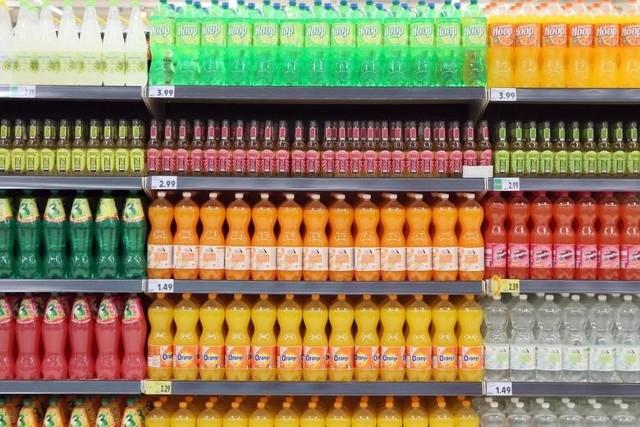 Choć podatek cukrowy zaledwie obowiązuje od paru dni, to już zaczęły rosnąć ceny napojów słodzonych. Drożeją zarówno napoje gazowane jak i bez gazu. W niektórych sklepach podwyżek jeszcze nie widać, gdyż sprzedają towar ze starych dostaw. Ceny zmienią się, gdy do tych placówek trafią napoje z nowych partii.W jednej z dużych sieci sklepów za 1,75 litra napoju gazowanego o smaku pomarańczowym trzeba zapłacić już niemal 5,99 zł. Jeszcze niedawno za butelkę klienci płacili ok. 4,3 zł. Cena wzrosła przez nowy podatek i taniej już nie będzie.Czytaj dalej