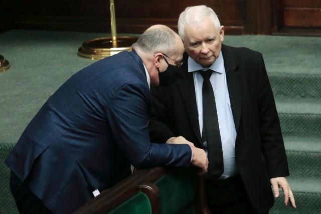 Jarosław Kaczyński nie popiera szybkiego znoszenia obostrzeń w Polsce.