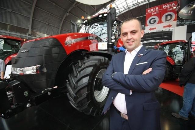 Mariusz Kisiel, właściciel firmy Kisiel z podkieleckiego Górna, dealer ciągników CASE IH, prezentuje dumę przedsiębiorstwa - zdobywcę prestiżowych tytułów i nagród - ciągnik magnum 380 CVX.