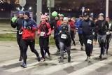Prawie tysiąc uczestników stanęło na starcie Trzeciej, Nocnej Dychy do Maratonu. Zobacz odważnych