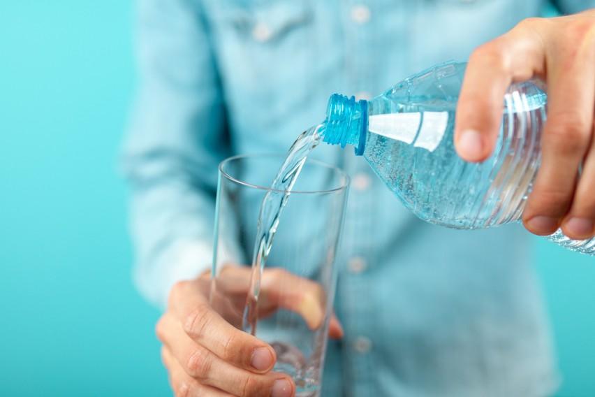 Co pić, by ugasić pragnienie, uzupełnić elektrolity i...