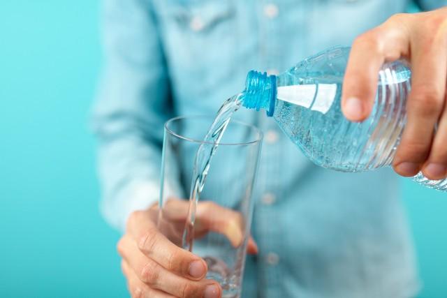 Co pić, by ugasić pragnienie, uzupełnić elektrolity i wspomóc prawidłowy metabolizm? Na pewno wodę, ale jaką? Wybór dostępnych wód może przyprawiać o zawrót głowy, jednak nie tak trudno zorientować się, po które z nich warto sięgać w określonych sytuacjach. Sprawdź, czym wyróżniają się rodzaje wody do picia i kiedy są polecane, a kiedy nie! Zobacz kolejne slajdy, przesuwając zdjęcia w prawo, naciśnij strzałkę lub przycisk NASTĘPNE.