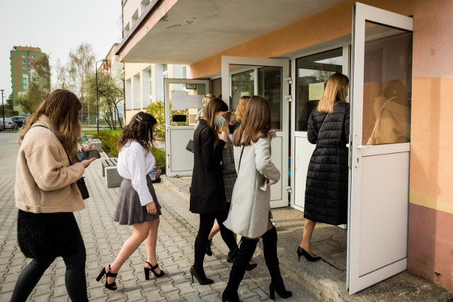 Matura z języka polskiego 2021 rozpoczęła egzaminacyjny maraton. Na zdjęciu: uczniowie z V LO w Bydgoszczy wchodzą do szkoły na egzamin