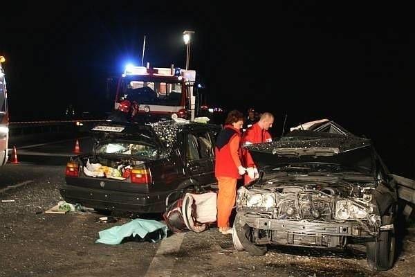 Volkswagen z pełną prędkością uderzył w bok mercedesa. Kiedy przyjechaliśmy na miejsce tragedii, ofiary były jeszcze w samochodach...
