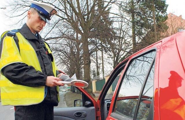 Policja cyklicznie organizuje w miastach kontrole kierowców (jak tu na zdjęciu archiwalnym z takiej akcji w Koszalinie). Od poniedziałku za poważne przewinienia obowiązują surowe kary