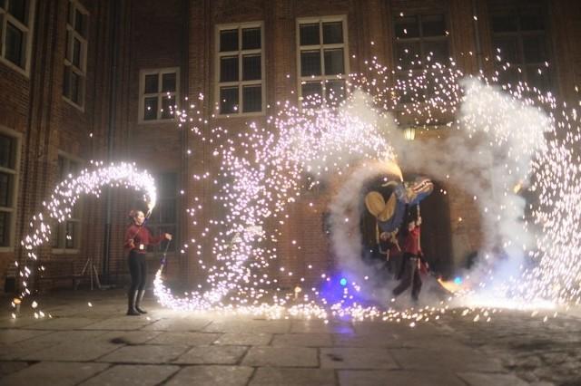 Pokaz tańca ognia nawiązujący do tradycji Chińskiego Nowego Roku w wykonaniu Grupy Cyrkowa