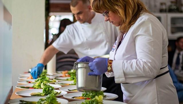 Do połowy kwietnia aż 480 właścicieli restauracji, barów i innych firm gastronomicznych z całej Polski dołączyło do Pozwu Zbiorowego Gastronomii zainicjowanego przez Dorotę Rydygier, właścicielkę krakowskiej francuskiej restauracji Voila.