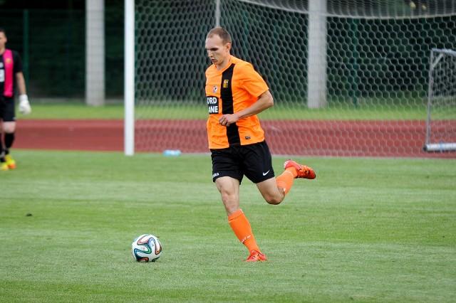 Nowy nabytek Piasta Dawid Cembolista (na zdjęciu w koszulce Małejpanwi Ozimek) powinien stanowić o sile obrony drużyny ze Strzelec Opolskich