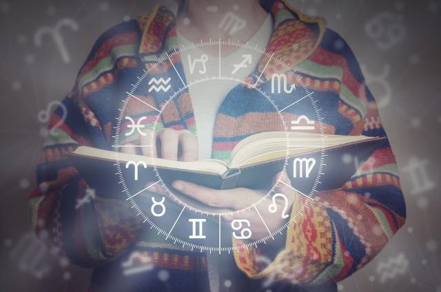 Co horoskop na maj 2021 podpowiada znakom zodiaku?Z horoskopu na maj dowiesz się m.in. co w najbliższych tygodniach wydarzy się w życiu zodiakalnych Skorpionów, jakie szanse pojawia się na drodze Koziorożców i co w najbliższym czasie odkryją Ryby.