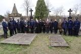 Mieszkańcy powiatu radomskiego oddali hołd ofiarom zbrodni katyńskiej w Kowali. Rekonstruktorzy zadbali o oprawę uroczystości