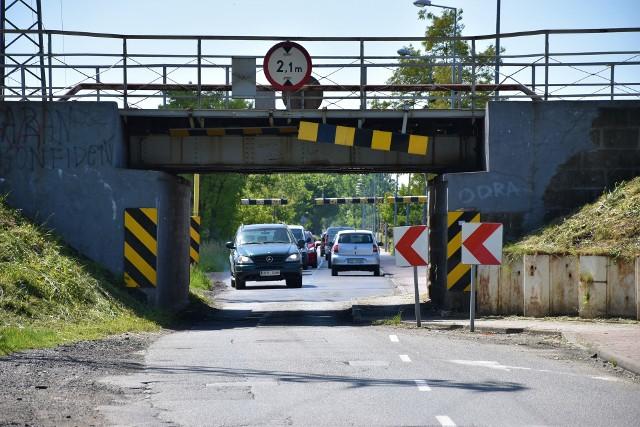 Przejazd pod wiaduktem kolejowym nad ul. Krapkowicką ma być poszerzony i pogłębiony do końca 2023 roku.