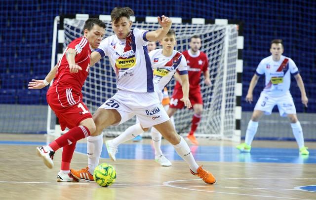 Futsaliści Pogoni (białe stroje) popełnili sporo błędów w meczu z Wisłą.