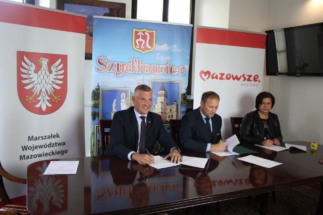 Umowę na dofinansowanie od lewej podpisali: wicemarszałek Mazowsza Rafał Rajkowski, burmistrz Szydłowca Artur Ludew, skarbnik gminy Iwona Czarnota.