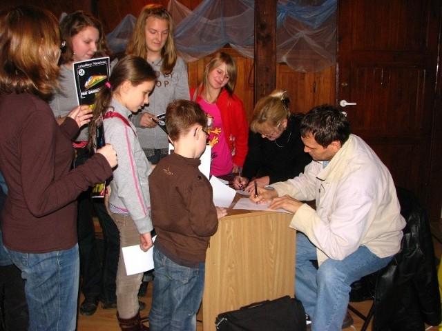 Po spotkaniu autor rozdawał autografy