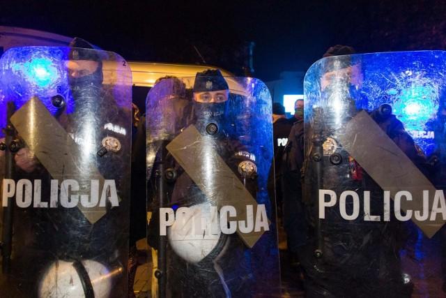 """""""Wyborcza"""" donosi, że policjanci mieli traktować demonstracje jako nielegalne i potem je rozpędzić."""
