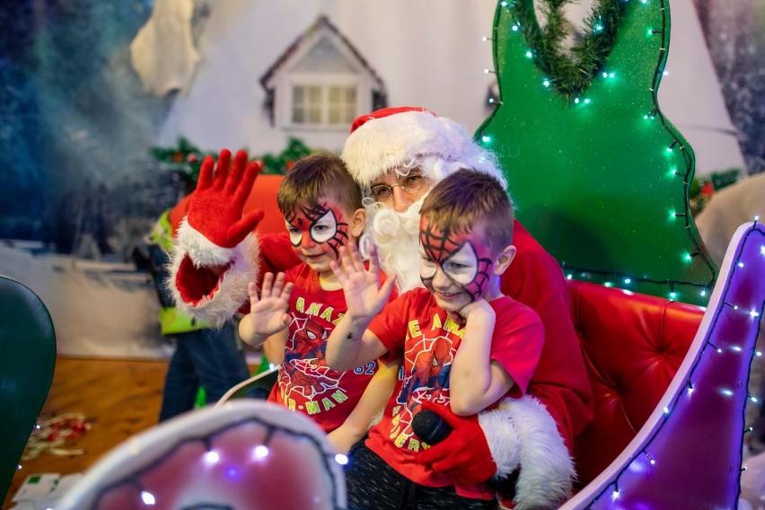 Malowanie buziek także znalazło się w programie świątecznej...