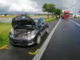 Wypadek dwóch ciężarówek i osobówki w miejscowości Rumianek pod Poznaniem. Jedna osoba została ranna