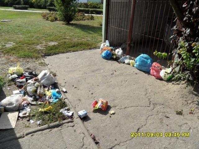 Śmieci podrzucone pod zasiek przy klubie NSM.