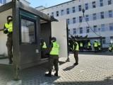 Wojsko patroluje, dowozi maseczki i buduje kolejną izbę przyjęć przy szpitalu