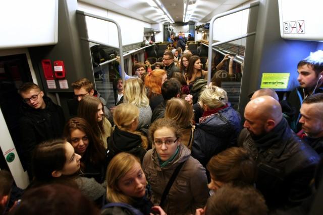 Tu nic się nie zmienia od lat. Do pociągu Trzebnica - Wrocław często nie da się wsiąść